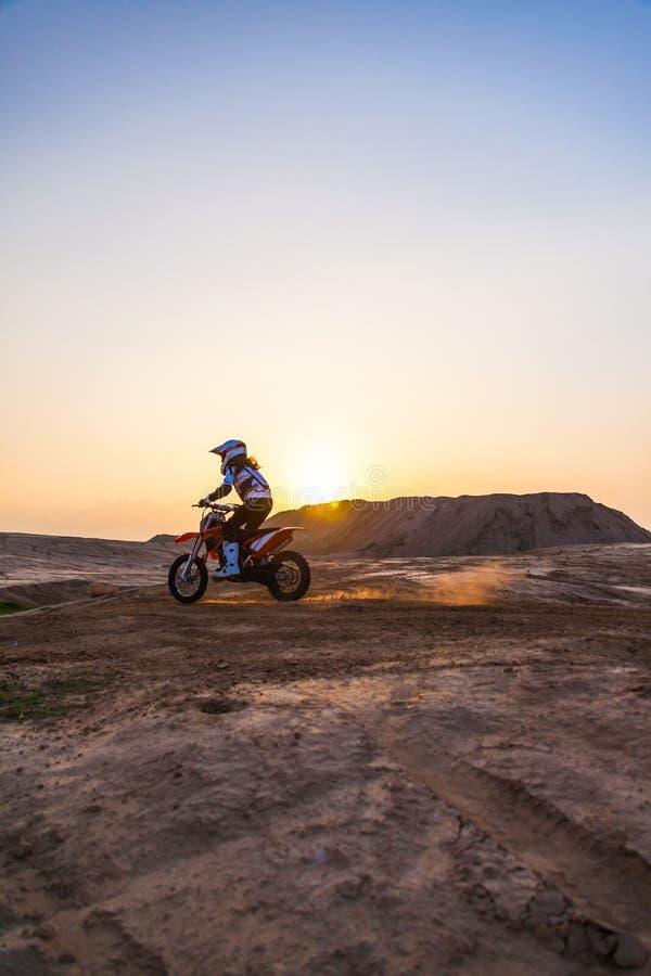 Zakurzony pustynny setkarz na motocyklu obrazy royalty free
