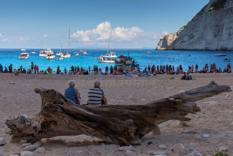 Zakynthos, Grécia - 27 de setembro de 2017: A vista da praia do naufrágio de Navagio em Zakynthos, praia de Navagio é uma atração fotografia de stock royalty free