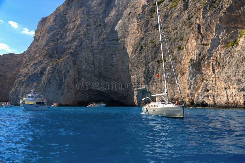 ZAKYNTHOS, GRIEKENLAND, 27 September, 2017: Cruiseboten in baai van Navagio-strand op het Eiland Zakynthos Griekenland stock foto