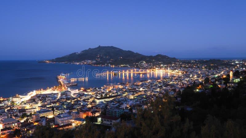 Zakynthos panorama över den huvudstadsZante staden på nattintelligens arkivfoton