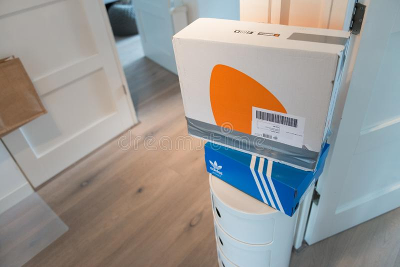 Zalando-Paket bereit, zurückzuschicken stockfoto