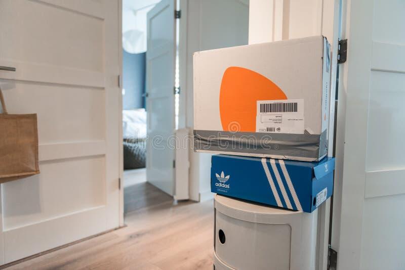 Zalando-Paket bereit, zur?ckzuschicken lizenzfreie stockbilder