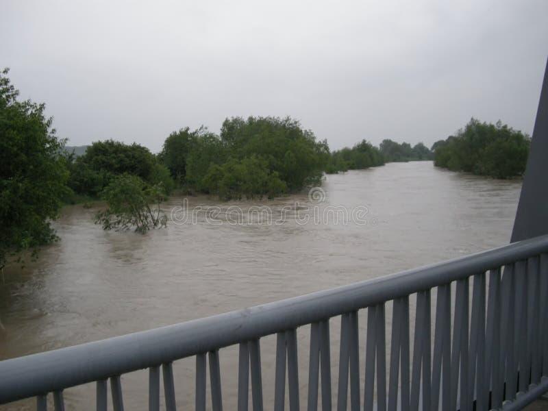 Zalewająca rzeka w środkowym Europa od mosta Powodzie i burze są bardzo błoniem należnym zmiana klimatu Woda, powódź zdjęcia royalty free