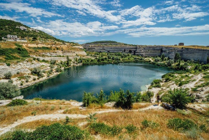 Zalewający łup w Inkerman, Crimea Błękitny staw na miejscu poprzednia biała wapień kopalnia zdjęcie stock
