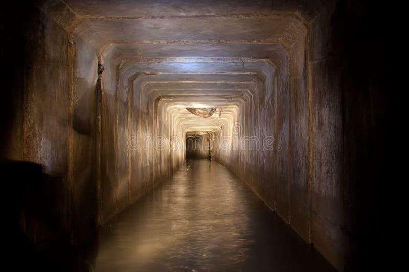 Zalewający ściekowy tunel z brudną zanieczyszczoną wodą podziemna rzeka pod Vorone obraz royalty free