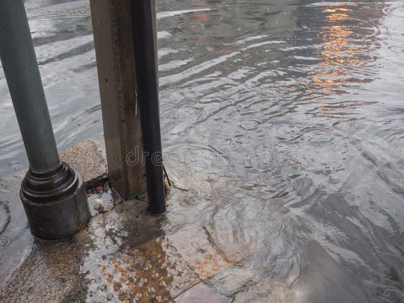 Zalewający footpath deszczem obrazy royalty free