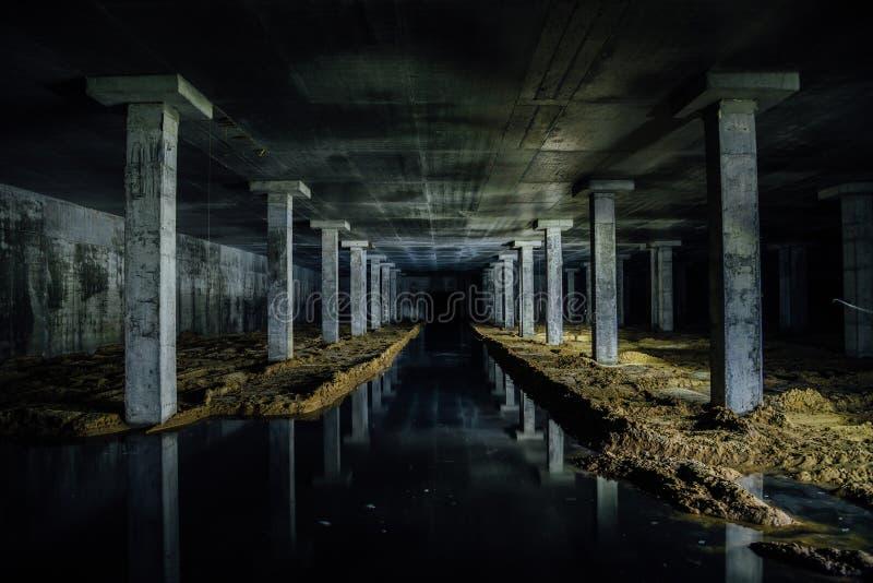 Zalewający kanalizacyjnej ampuły zaniechanym podziemnym lochem zdjęcia stock