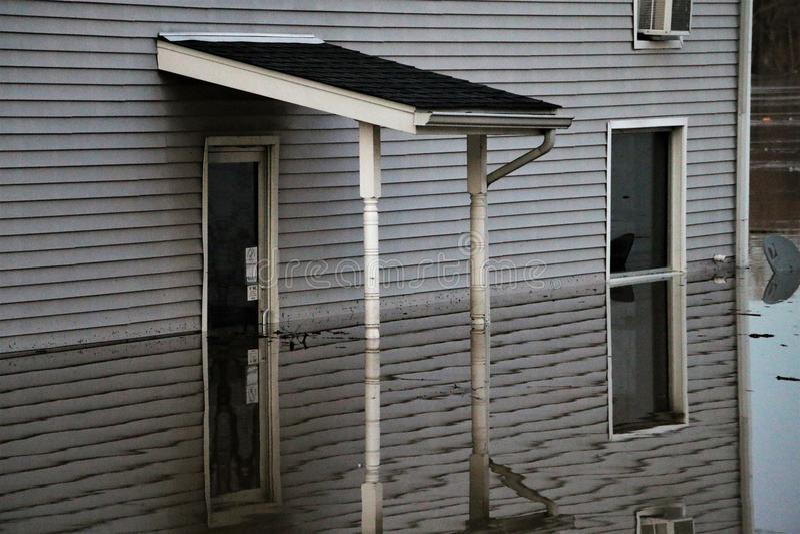 Zalewający nawadnia w połowie up budynek w zorzie, Indiana obraz royalty free