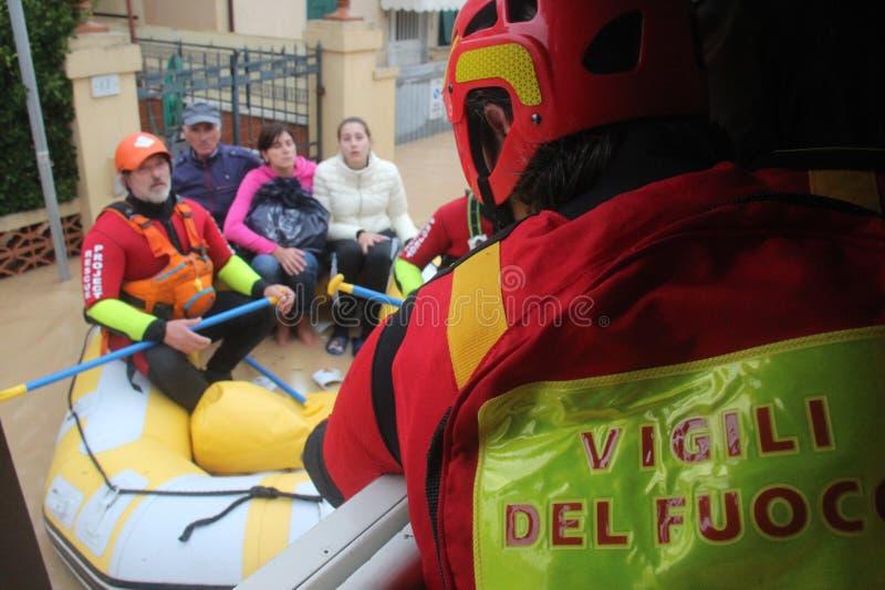 Zalewający obszary zamieszkali W Marina Di Kararyjski i ratunek obrazy stock