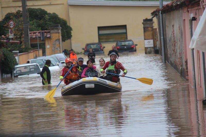 Zalewający obszary zamieszkali W Marina Di Kararyjski i ratunek zdjęcie royalty free