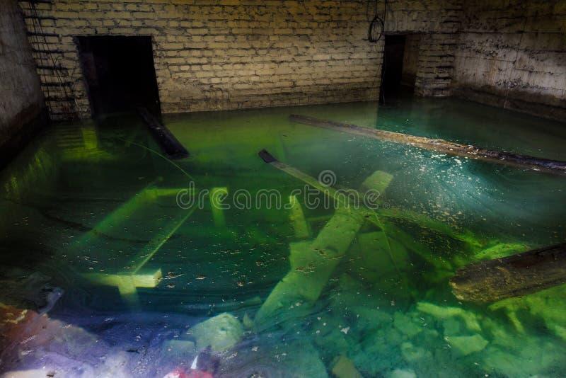 Zalewający pokój w zaniechanej kopalni zdjęcie royalty free