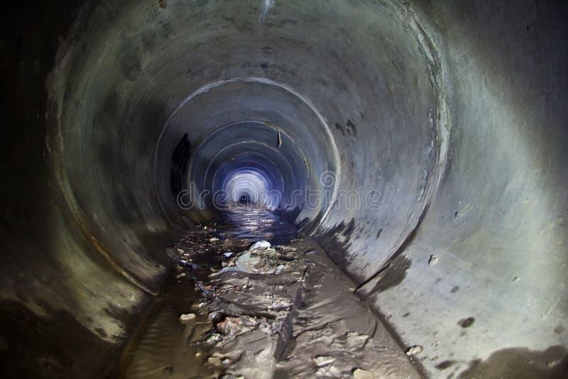 Zalewający wokoło ściekowego tunelu z brudną wodą i błotem zdjęcie stock
