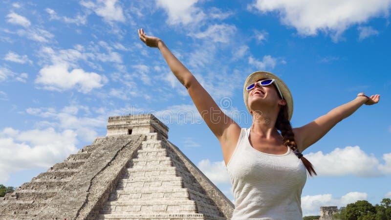 Zalige vrouw die pret op reis hebben aan Mexico stock fotografie