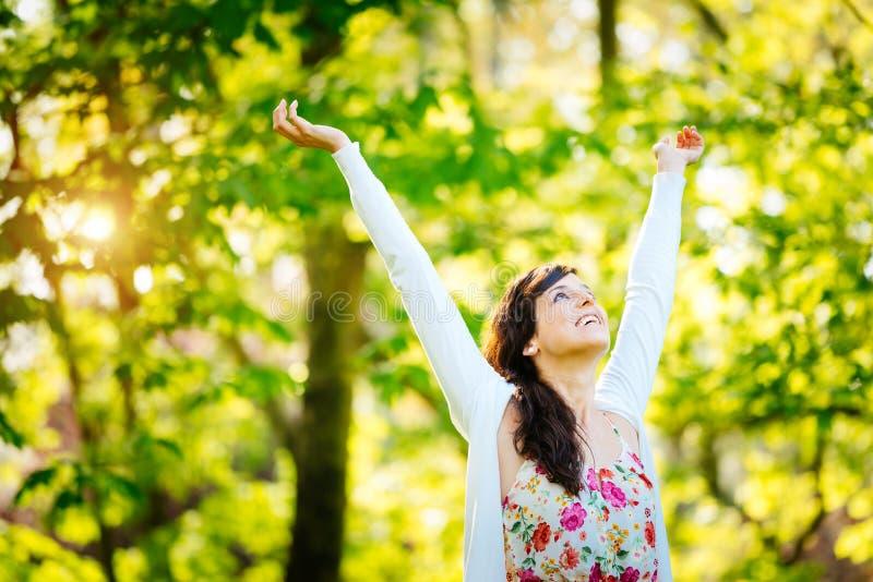 Zalige vrouw die van vrijheid op de lente genieten royalty-vrije stock foto's