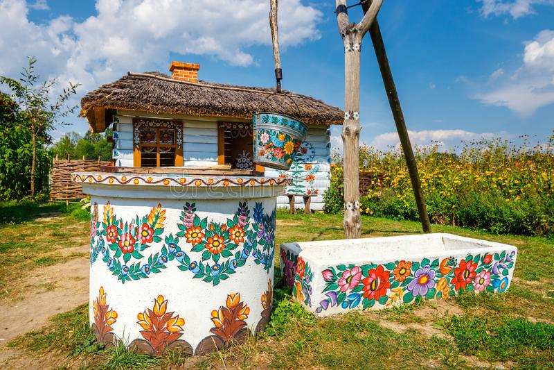 Zalipie, Polen, am 19. August 2018: Ein Eimer über gut herein das bunte Dorf - Zalipie, Polen Es bekannt für eine ortsübliche Sit stockfotos