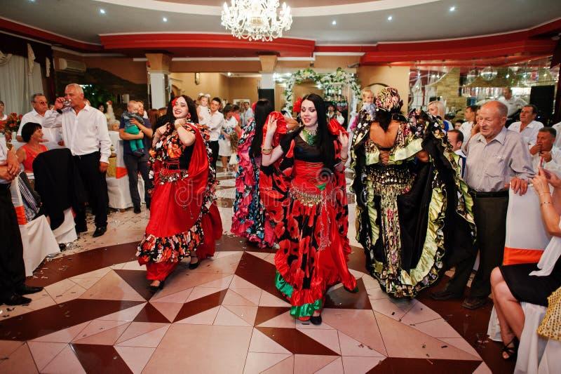 Zalishchyky, Ucrânia 28 de agosto de 2016: Dança de ciganos e singi foto de stock