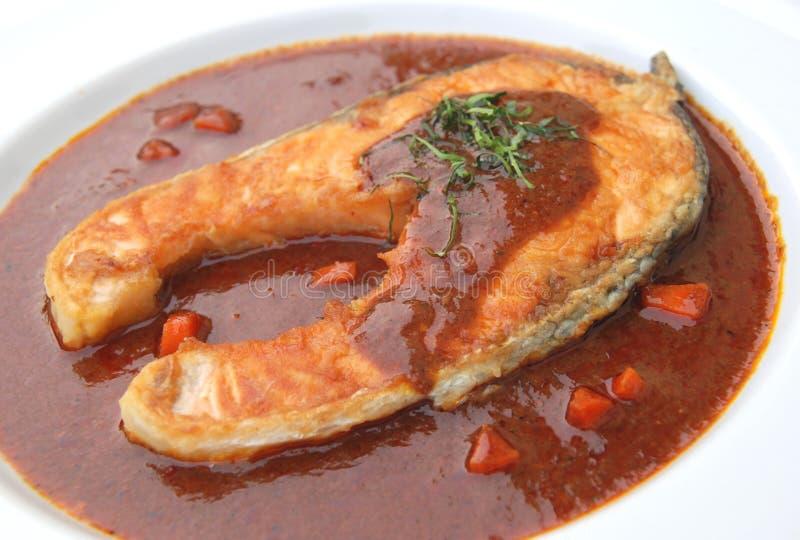 Zalm die met rode Spaanse pepersaus wordt gebraden royalty-vrije stock foto's