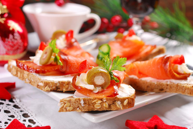 Zalm en kaas canapes voor Kerstmis royalty-vrije stock afbeelding