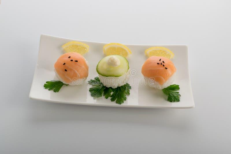 Zalm en Komkommersushiballen of Temarizushi stock foto's