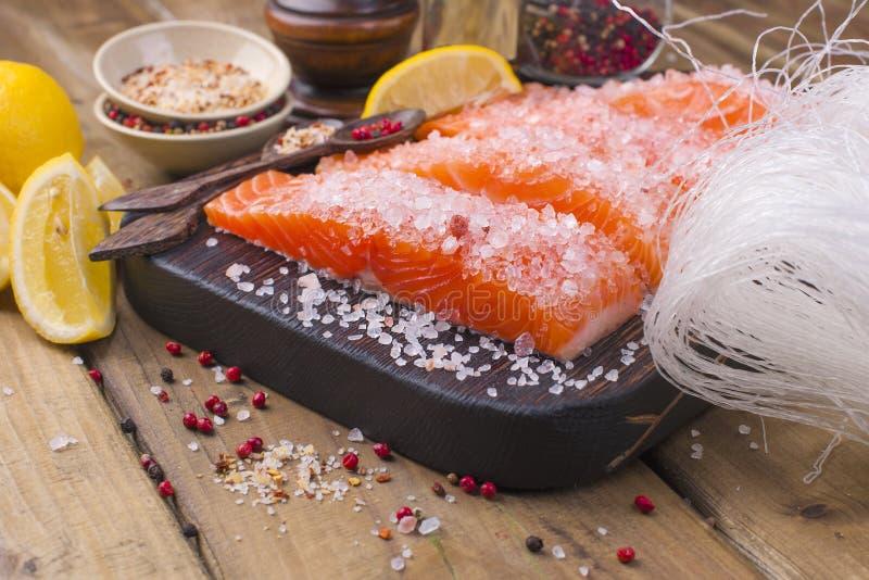 Zalm en kristalnoedels Het voorbereiden van Thais voedsel Smakelijk en Gezond Zeevruchten royalty-vrije stock fotografie