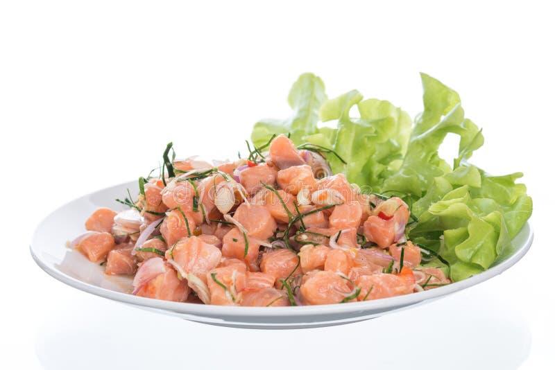 Zalm kruidige die salade met citroengras op witte achtergrond wordt geïsoleerd stock afbeelding