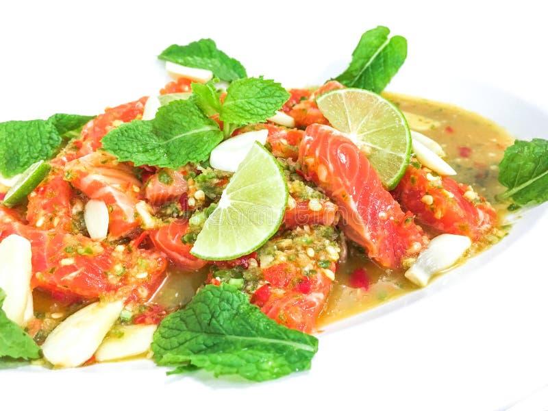 Zalm kruidige salade in Thaise stijl stock afbeeldingen
