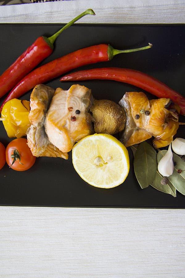 Zalm met citroen en groenten; exemplaarruimte royalty-vrije stock foto's