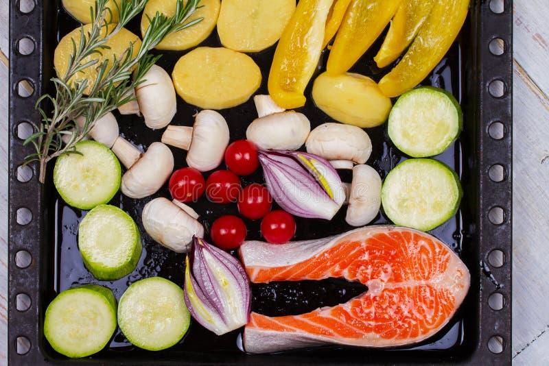 Zalm met Groene paprika, Aardappel, Blauwe Ui, Paddestoelen, Tomaten, en Rosemary stock foto's