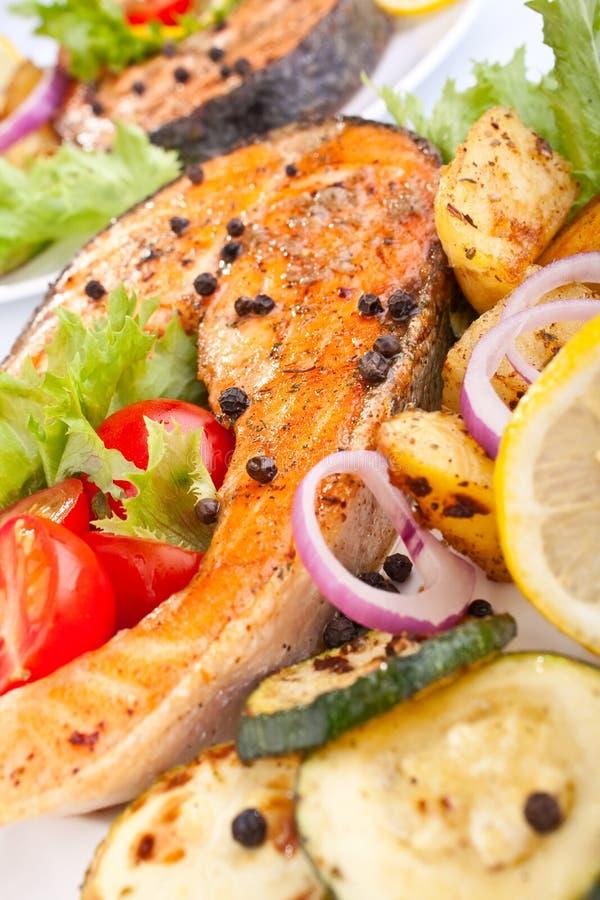 Download Zalm Met Groenten En Citroen Stock Foto - Afbeelding bestaande uit versier, maaltijd: 10778740