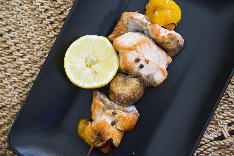Zalm shishkabob met citroenplak stock fotografie