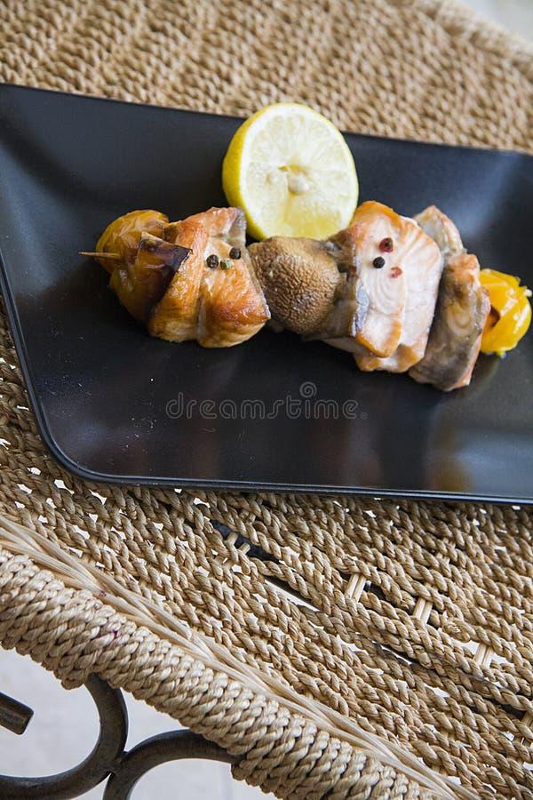 Zalm shishkabob met paprika en champignons stock foto's