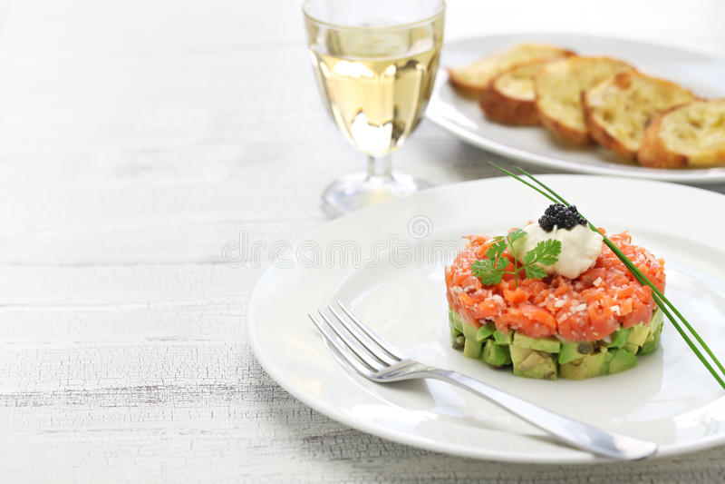 Zalm tartare met avocado stock afbeelding