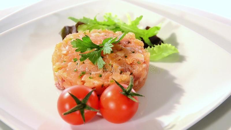 Zalm tartare met tomaat stock footage