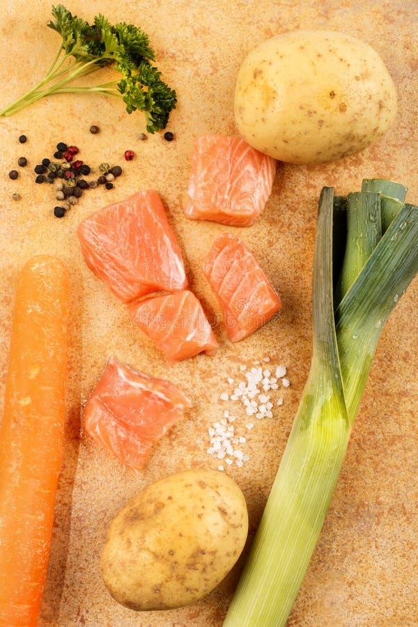 Zalmbrokken en groente om vissensoep te maken royalty-vrije stock foto's