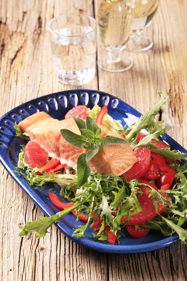 Zalmfilet en salade royalty-vrije stock foto's