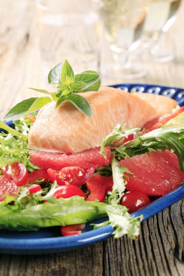 Zalmfilet en salade stock afbeeldingen