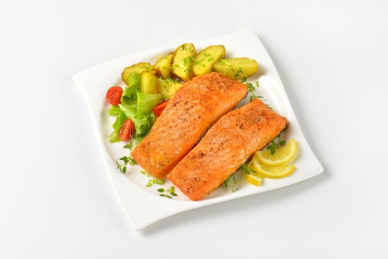 Zalmfilets met groenten stock fotografie