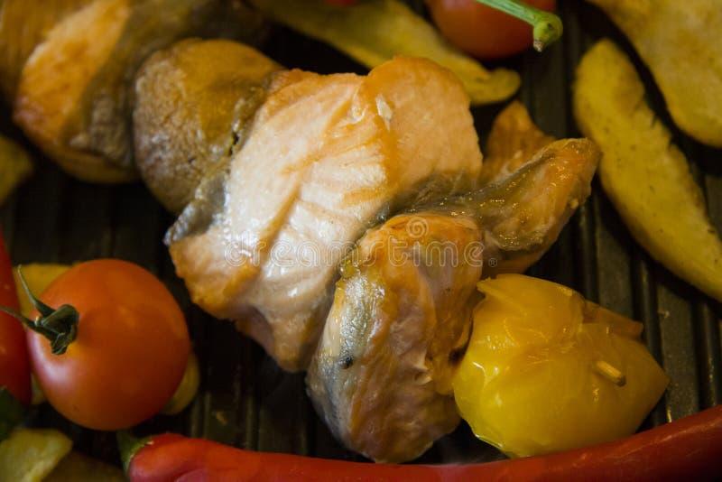 Zalmkebab en aardappel bij de grill royalty-vrije stock foto's
