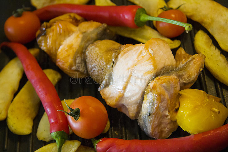 Zalmkebab en aardappel bij de grill royalty-vrije stock foto