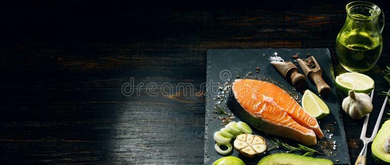 Zalmlapje vlees klaar voor het braden kokend diner voor gehouden van  royalty-vrije stock foto's
