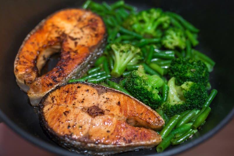 Zalmlapje vlees met broccoli en slabonen royalty-vrije stock foto