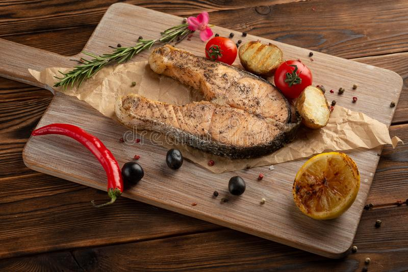 Zalmlapje vlees met kruiden en kruiden op houten achtergrond royalty-vrije stock foto's