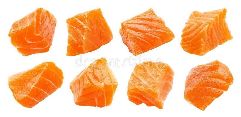Zalmplakken op witte achtergrond met het knippen van weg, kubussen worden geïsoleerd van rode vissen, ingrediënt voor sushi of  stock foto