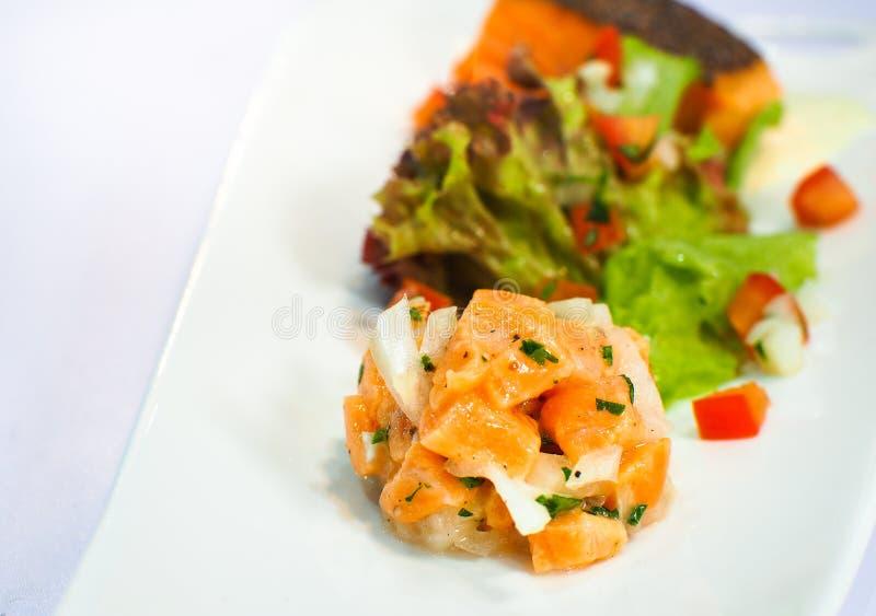 Zalmsashimi met salade op witte platen wordt gediend die royalty-vrije stock fotografie