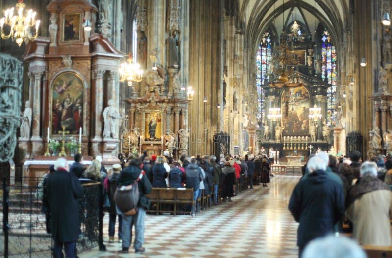 Zaludnia cześć bóg w Kościół St. Stephen zdjęcie stock