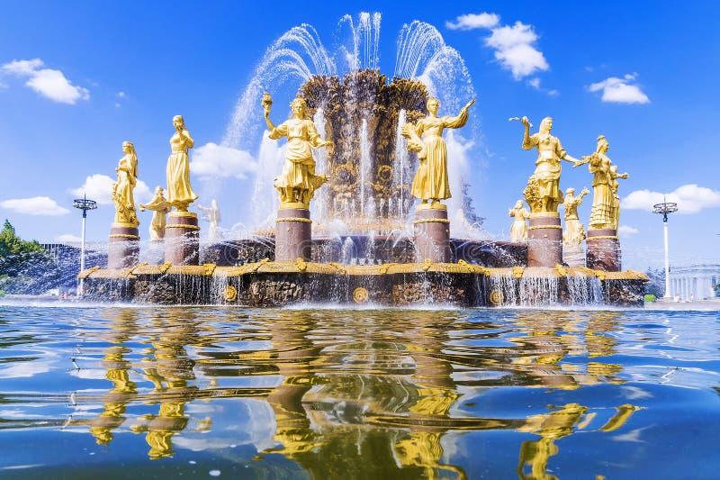 Zaludnia ` przyjaźni fontannę przy wystawą Ekonomiczny Achie obraz royalty free