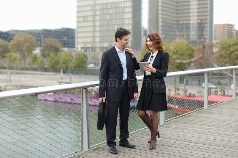 Zamężna biznesowa para robi zakupom kredytową kartą zdjęcia royalty free