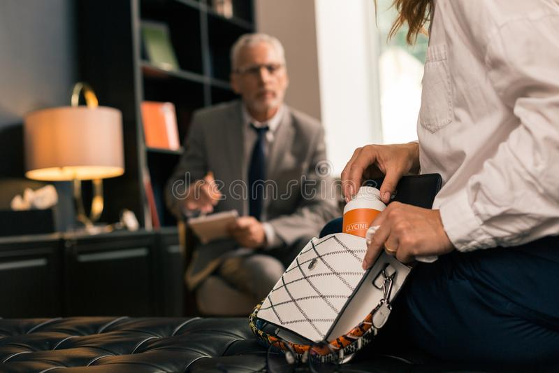 Zamężna kobieta wręcza trzymać pudełko antidepressants zdjęcie stock