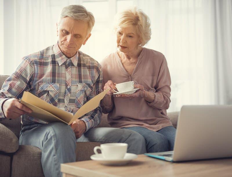 Zamężni emeryci czyta dokument wpólnie fotografia stock