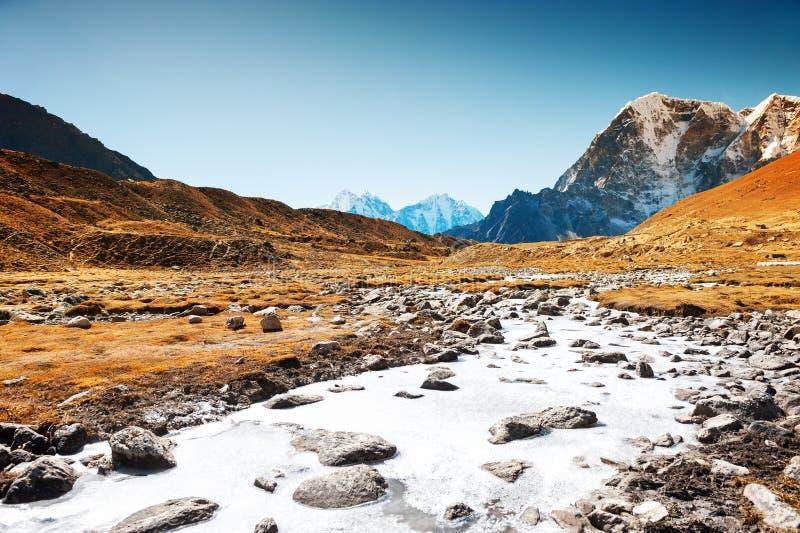 Zamarznięta rzeka w himalaje górach Everest region, Nepal zdjęcia stock
